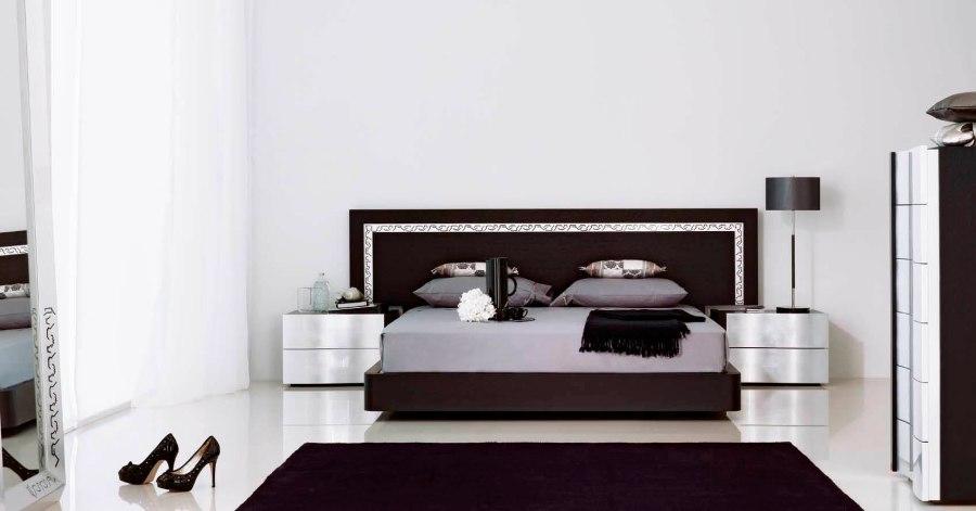 Dormitorio con lámpara y alfombra - Villalba Interiorismo