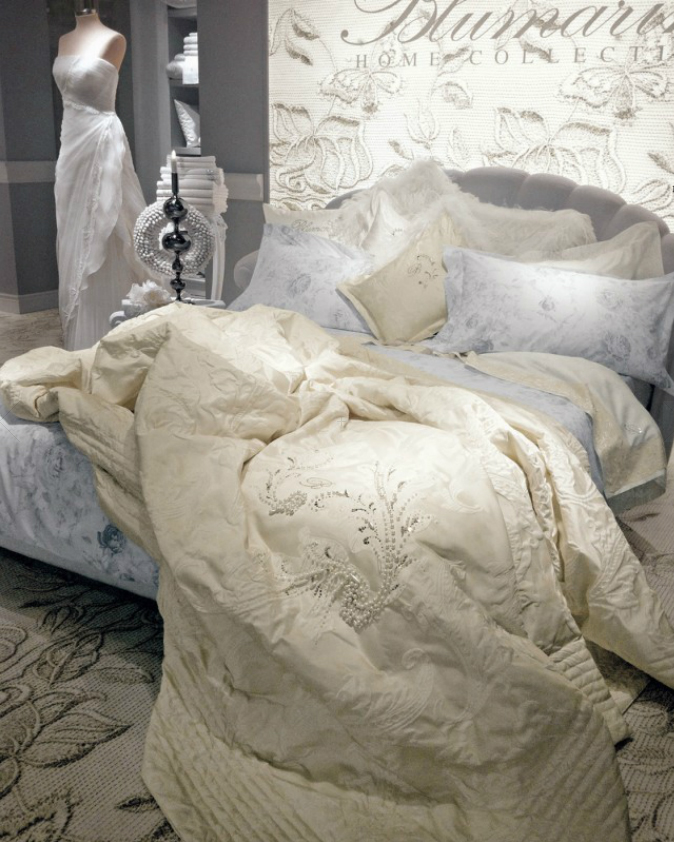 Cama blanca y dorada de Blumarine - Villalba Interiorismo