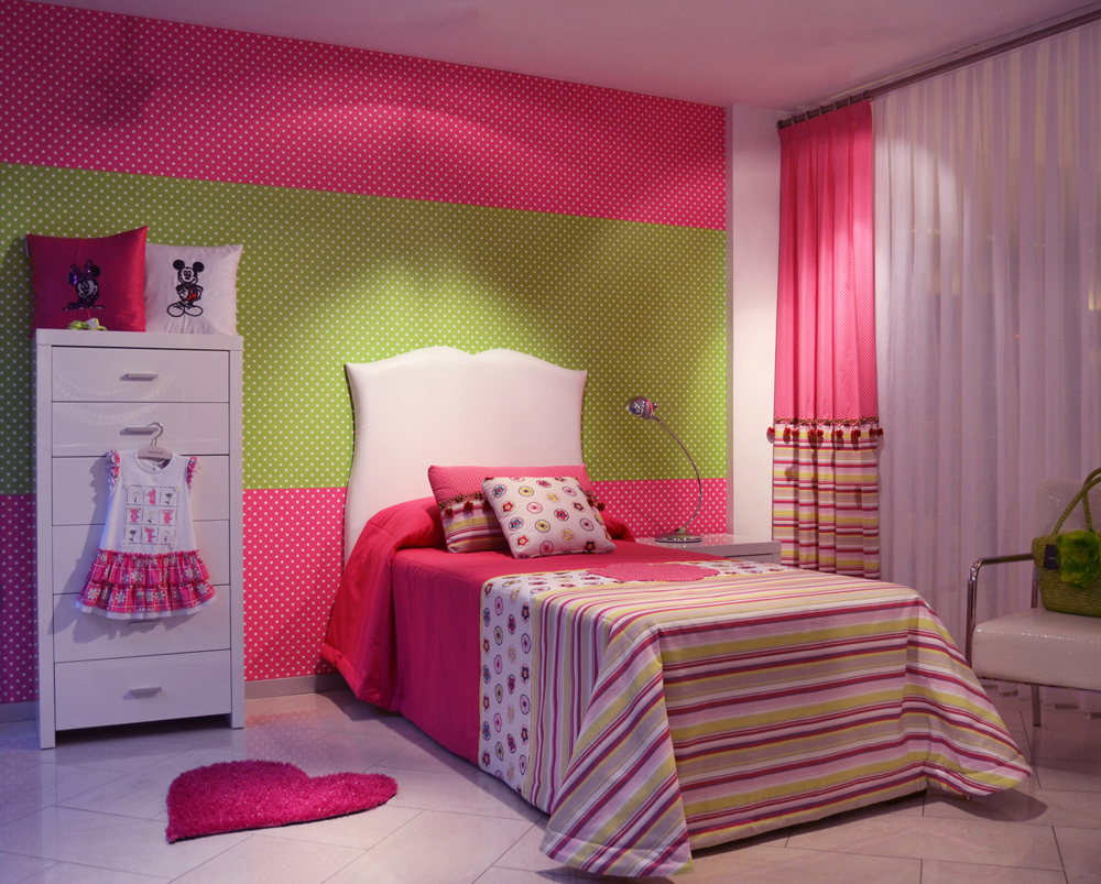 Ambiente alegre para las ni as villalba interiorismo for Decoracion para pared fucsia