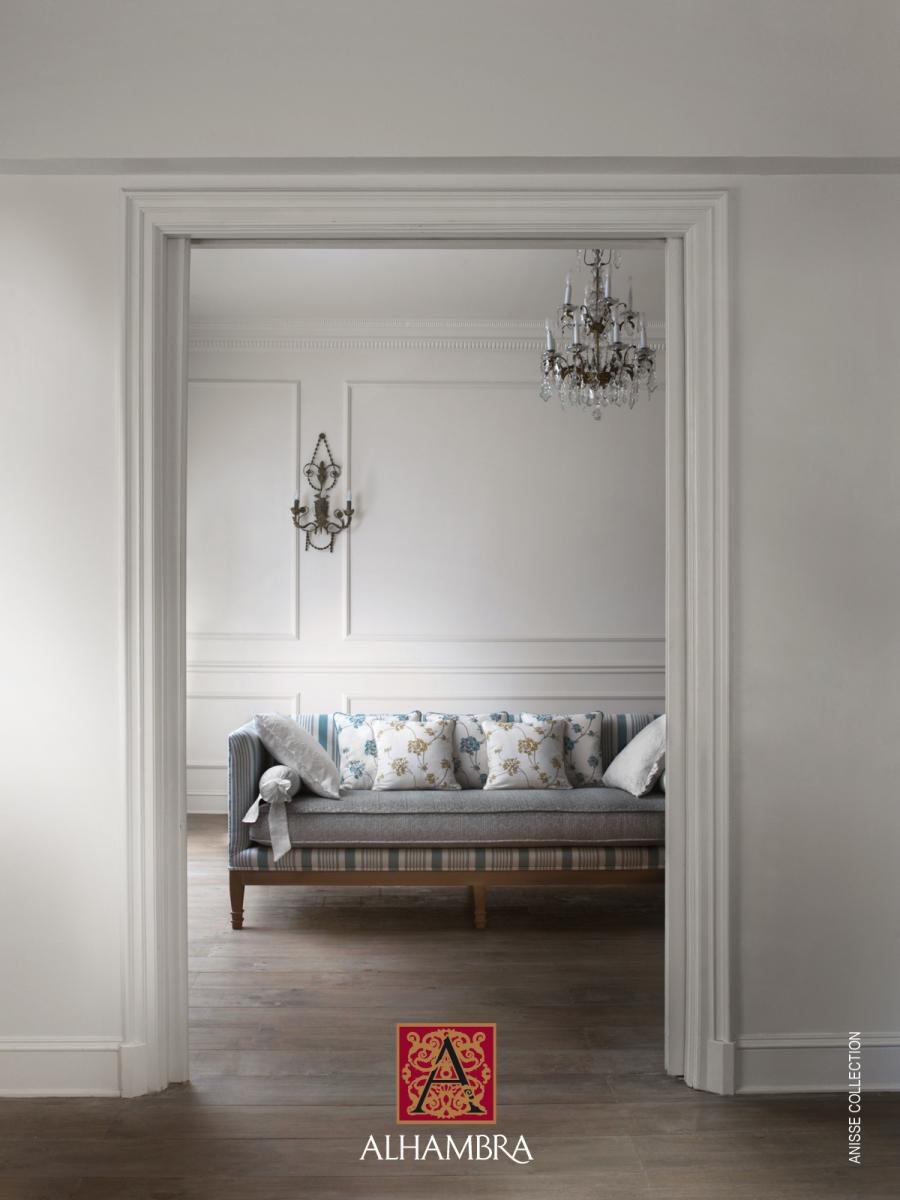 Cojines bordados para el sofá colección Anisse de Alhambra - Villalba Interiorismo