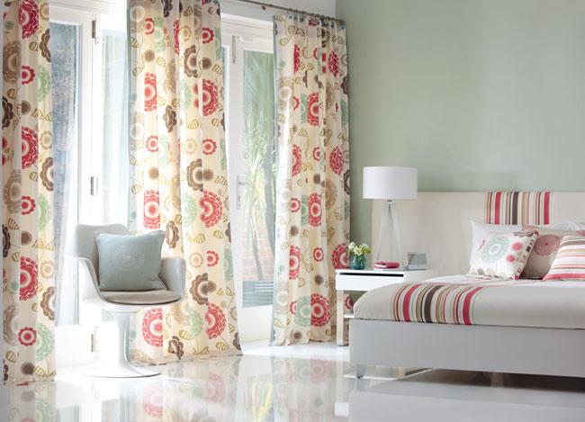 Dormitorio cortina flores y colcha rayas - Villalba interiorismo