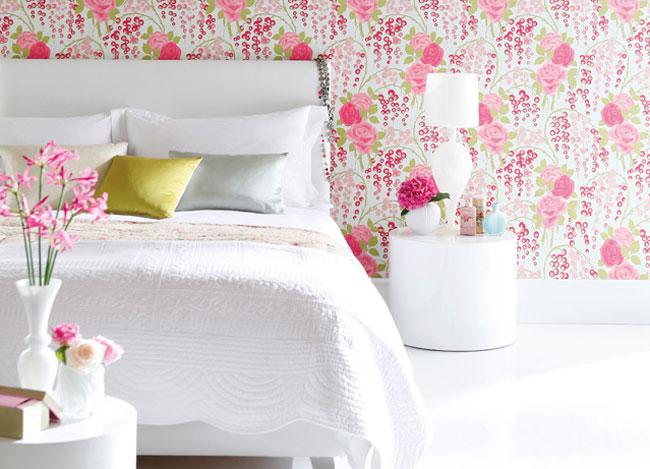 Papel pintado con flores y colcha blanca - Villalba Interiorismo