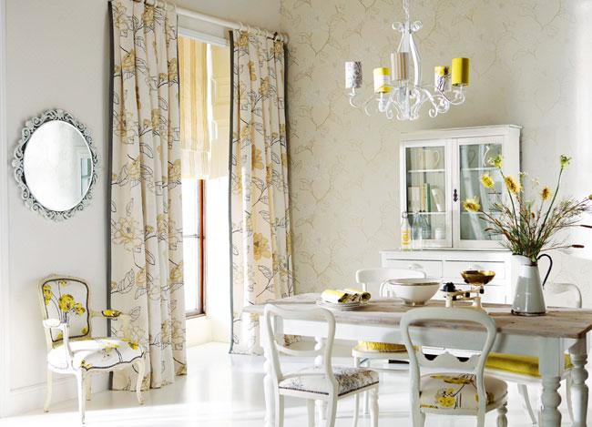 Salón con detalles en amarillo - Villalba Interorismo