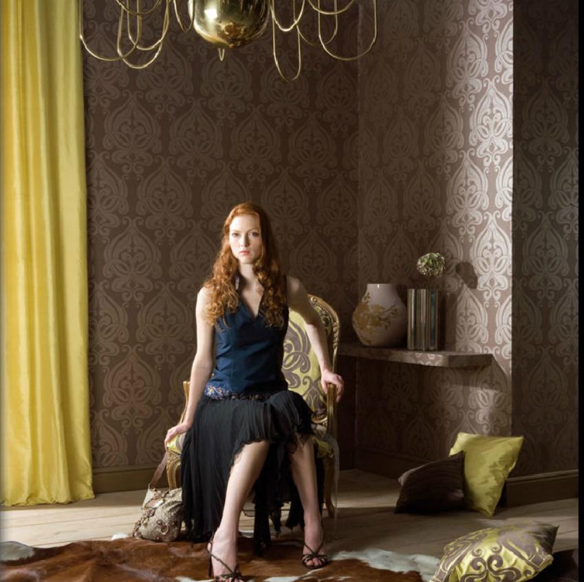 Papel pintado marrón y doble cortina amarilla - Villalba Interiorismo