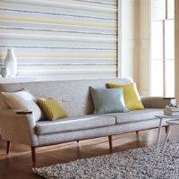 Decorar el salón con papel pintado a rayas horizontales