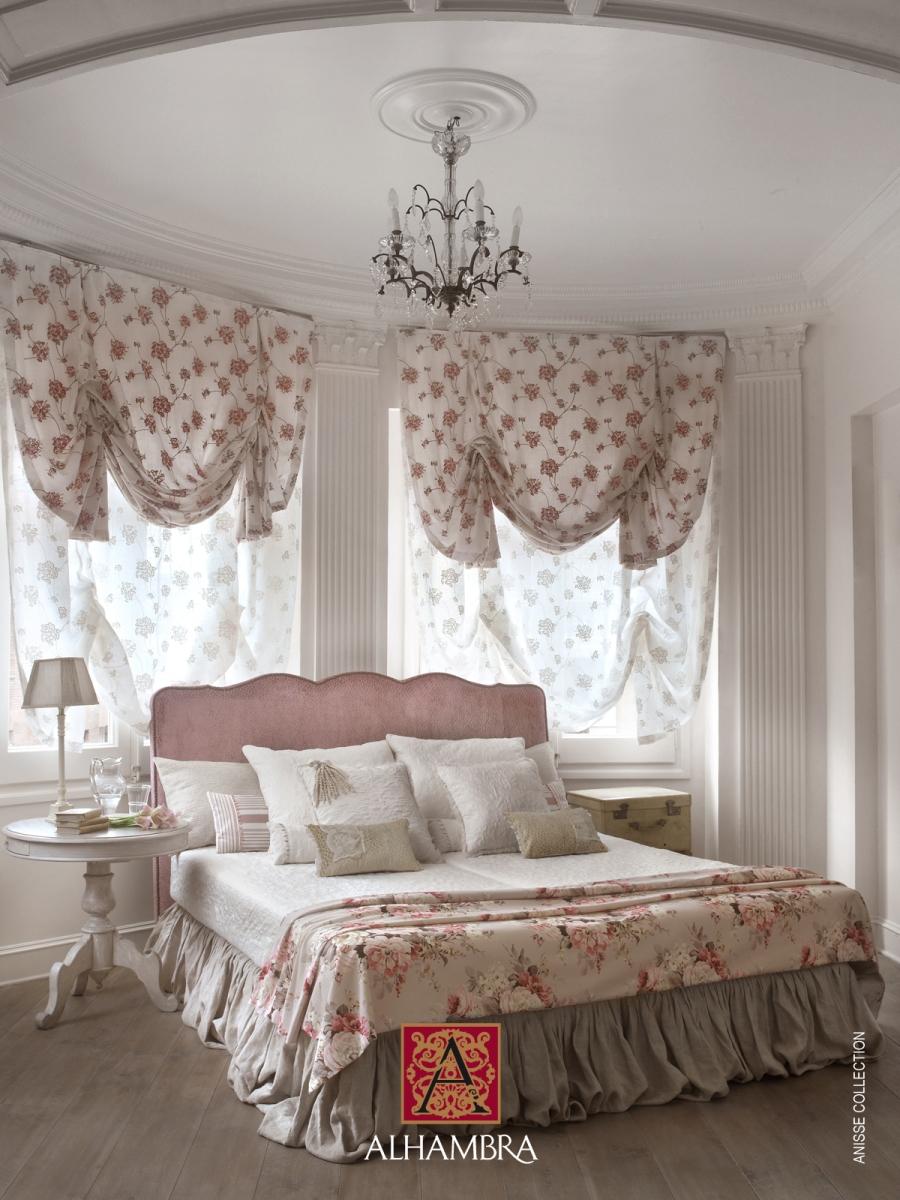 Dormitorio clásico con tela de flores - Villalba Interiorismo