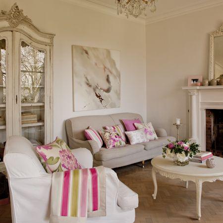 Salón con cojines de flores - Villalba Interiorismo