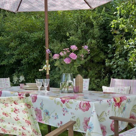 Terraza con mesa y mantel de flores - Villalba Interiorismo