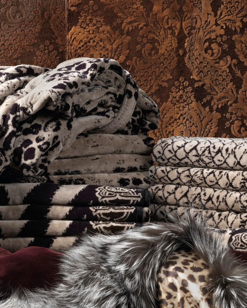 Roberto Cavalli, diseña toallas y albornoces