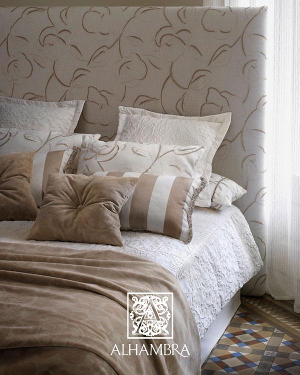 Habitación con cojines a rayas - Villalba Interiorismo