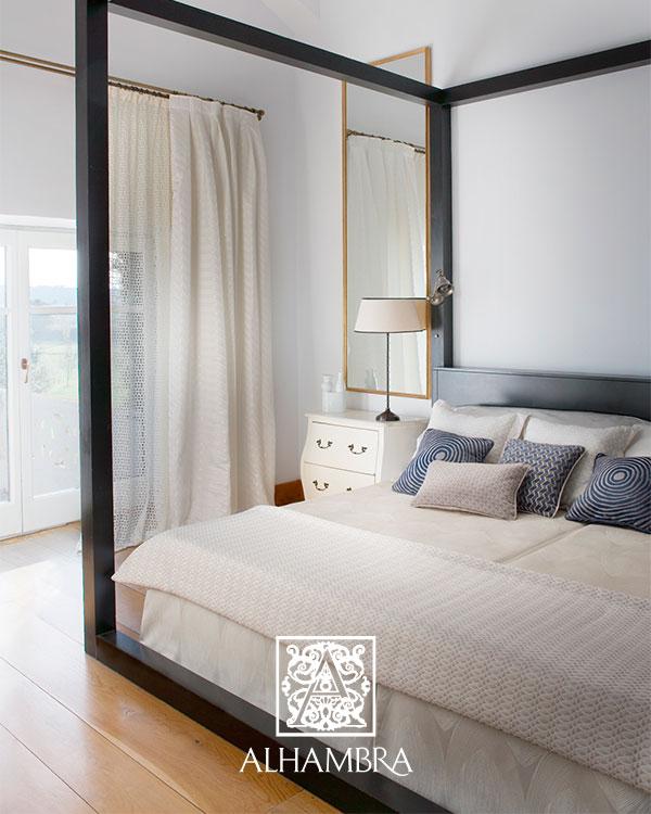 Habitación con cojines de color - Villalba Interiorismo (3)