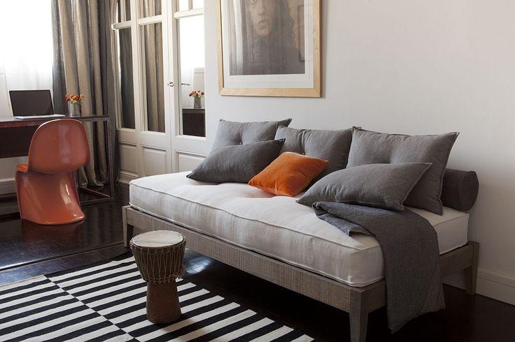 Salón con cojin rojo - Villalba Interiorismo