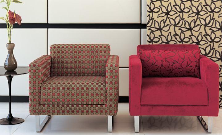 Sillones tapizados en rojo - Villalba Interiorismo