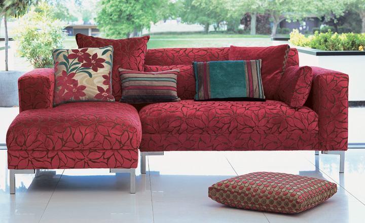 Sofá tapizado en rojo - Villalba Interiorismo