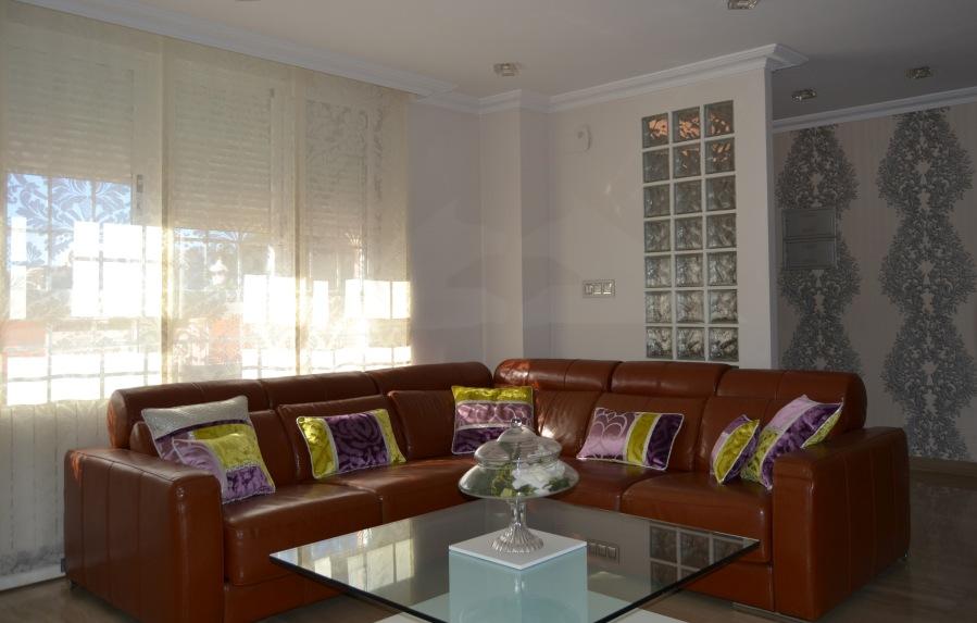 Sofá con cojines - Villalba Interiorismo