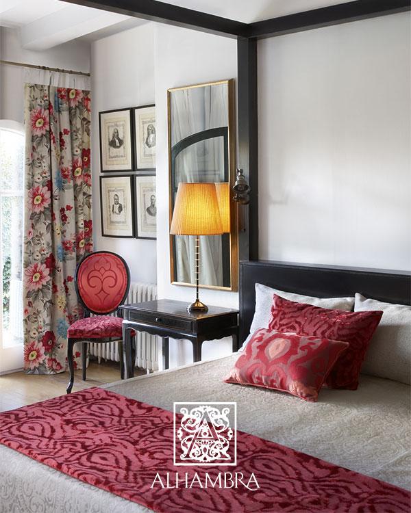 Plaid y cojines en rojo - Villalba Interiorismo