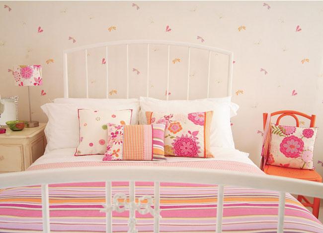 Un dormitorio flower power villalba interiorismo - Cojines grandes para cama ...