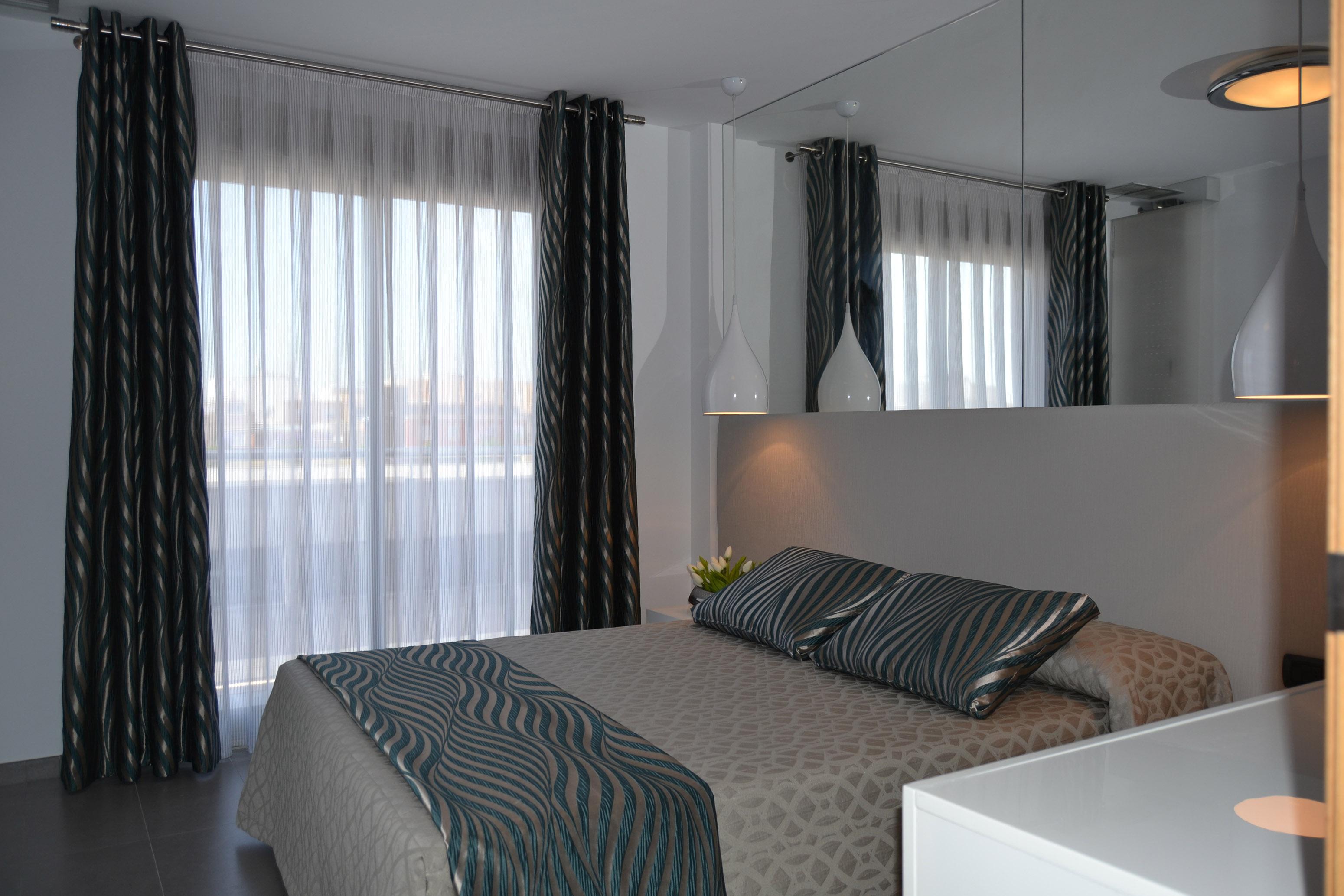 Nuestro trabajo para una joven pareja villalba interiorismo for Cortinas grises para dormitorio