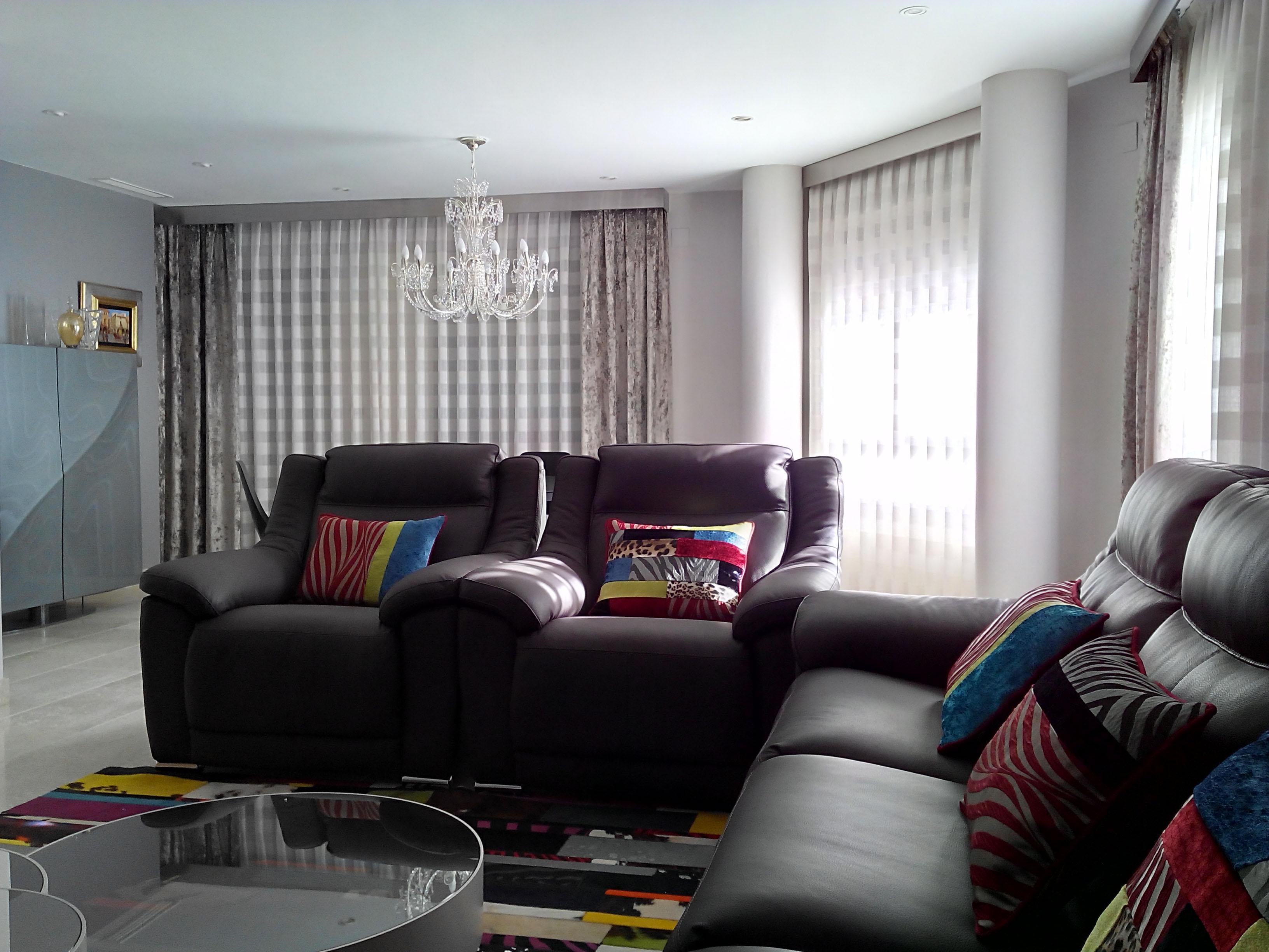 Preciosos cojines para un sof gris villalba interiorismo for Cortinas y visillos salon