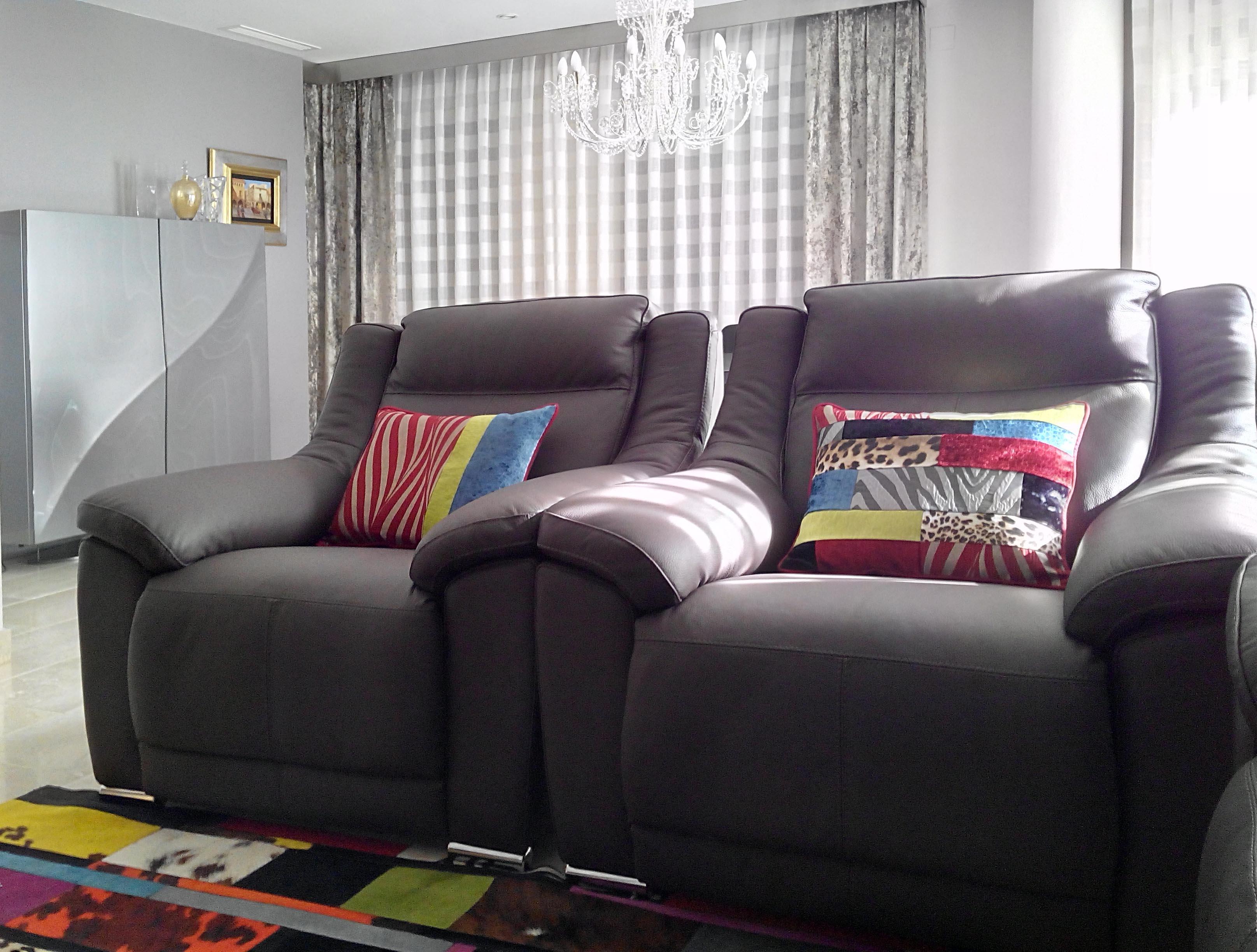 Preciosos cojines para un sof gris villalba interiorismo - Cojines para sillones ...