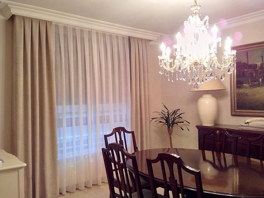 Visillo con dobles cortinas en comedor - Villalba Interiorismo