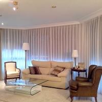 Salón con visillos y dobles cortinas