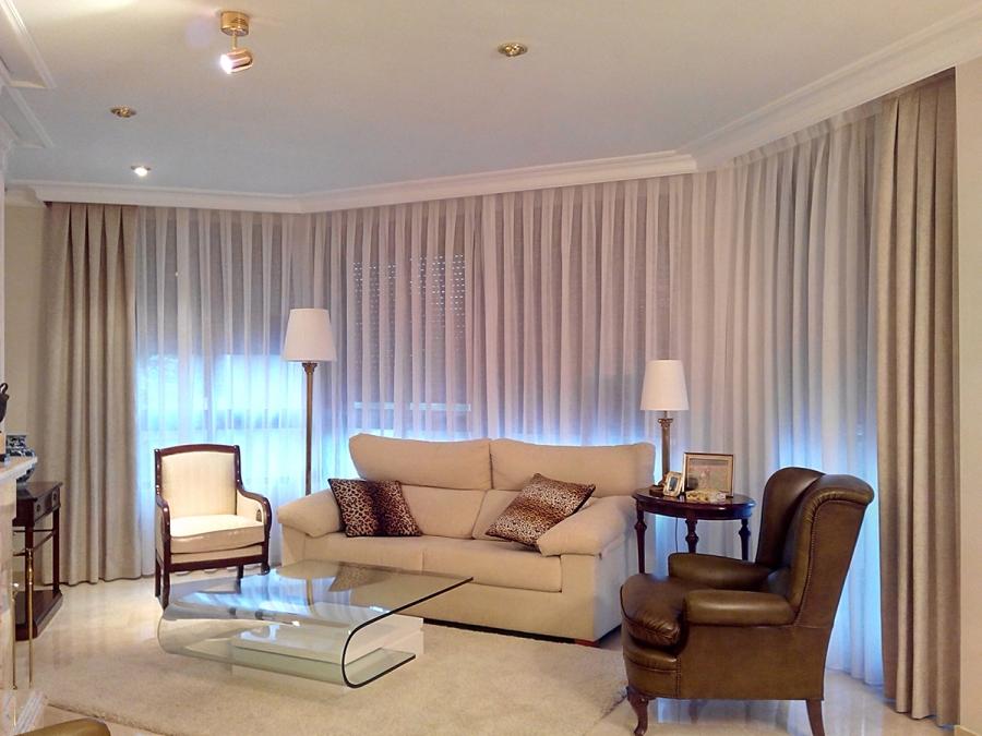 Visillo con dobles cortinas en salón - Villalba Interiorismo