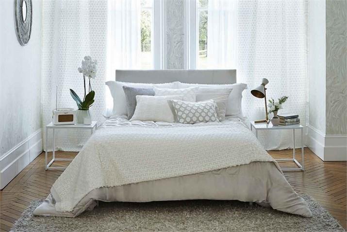 Dobles cortinas para conseguir ambientes elegantes for Cortinas dormitorio moderno