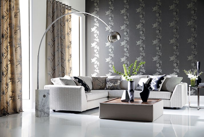 Un sal n moderno en beige gris y negro villalba for Cortinas para salon color gris