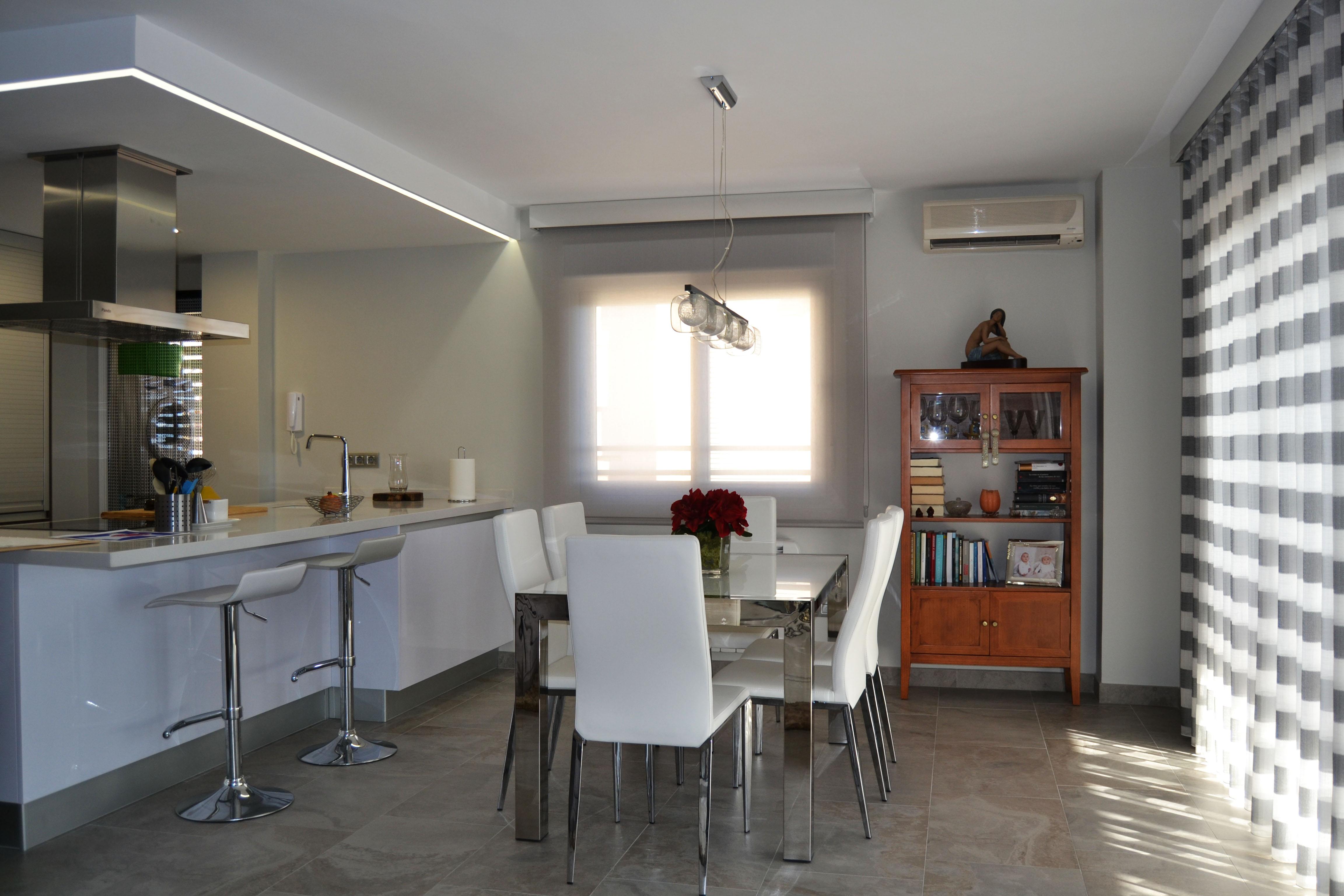 Un sal n moderno con vistas al mar villalba interiorismo - Pintar un salon comedor ...