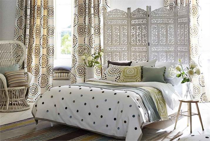 Dormitorio con textiles bordados -  Villalba Interiorismo