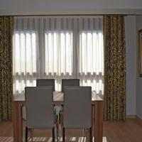 Un salón en gris y amarillo