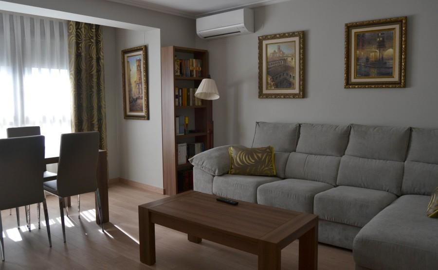 Salón con sofá gris - Villalba Interiorismo