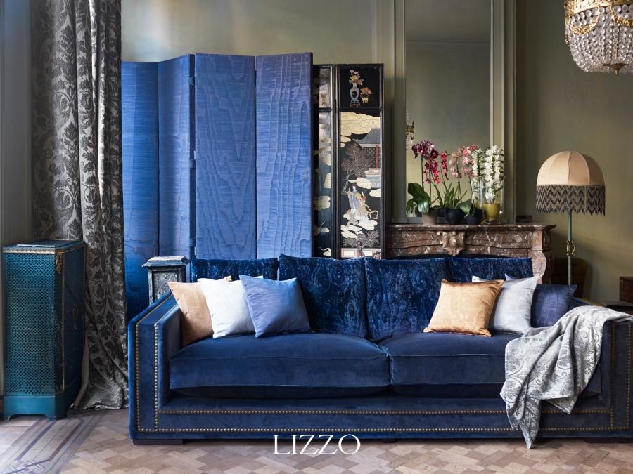 Sofá azul con cojines - Villalba Interiorismo
