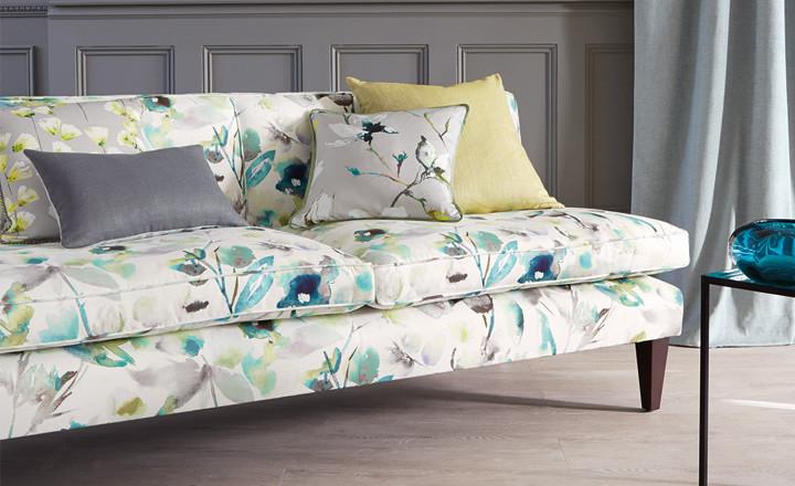 Sofá flores con cojines - Villalba Interiorismo