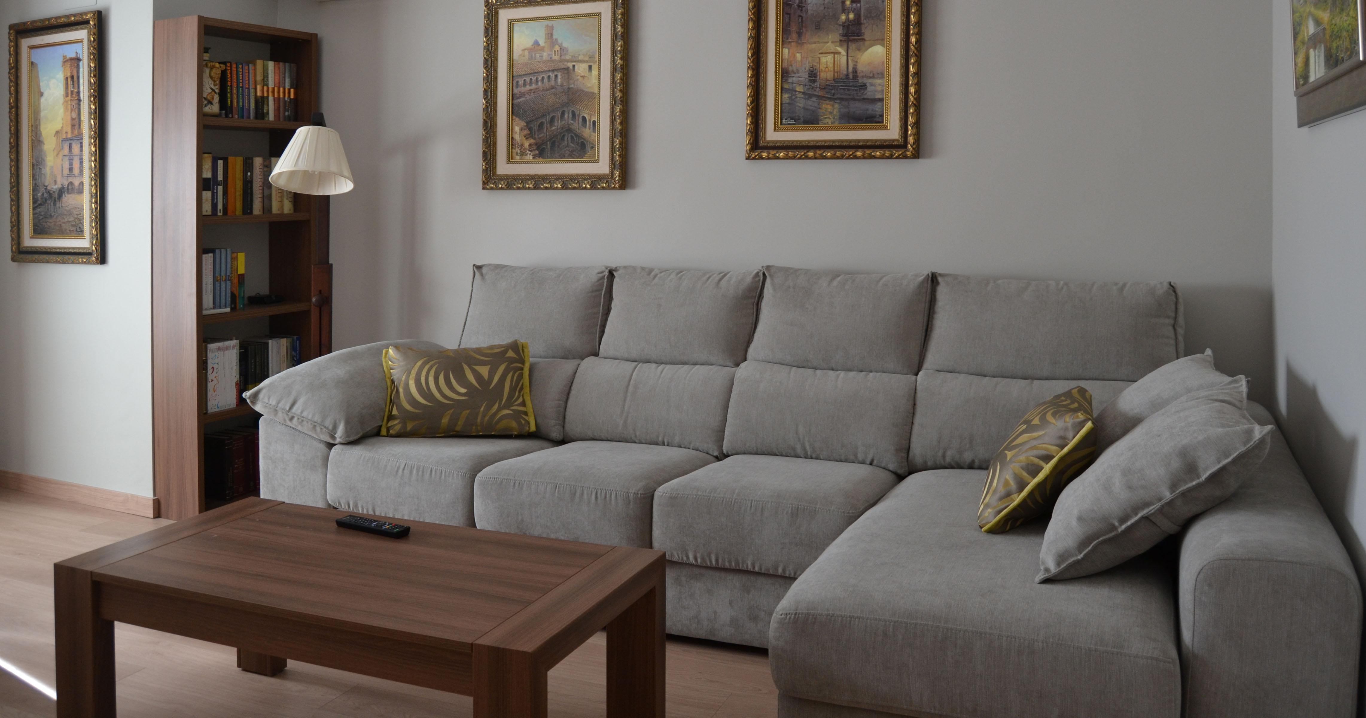 Sof gris con cojines en tonos amarillos villalba - Visillos para salones ...