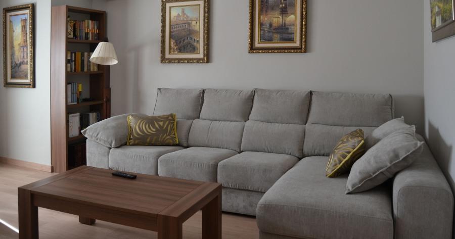 Sofá gris cojines amarillos - Villalba Interiorismo