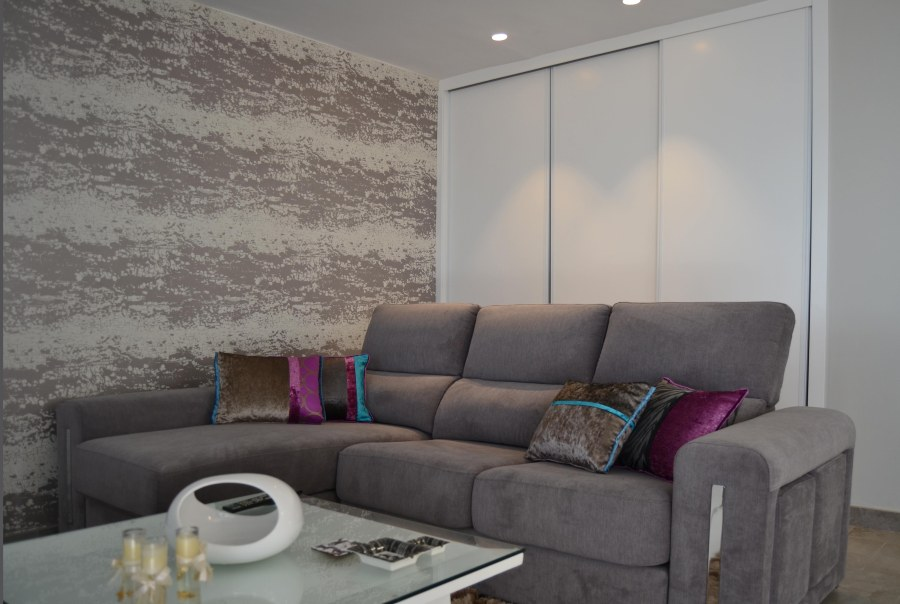 Sofá gris con chaise longe - Villalba Interiorismo