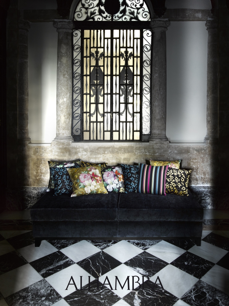 Sofá negro con cojines - Villalba Intriorismo