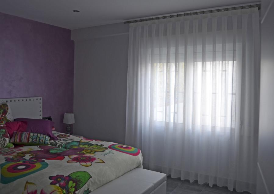 Cortina blanca para dormitorio con barra acero - Villalba Interiorismo
