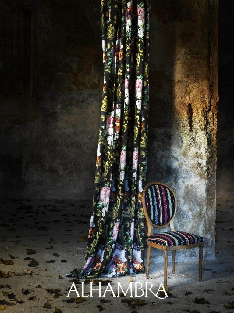 Cortina flores y silla rayas - Villalba Interiorismo