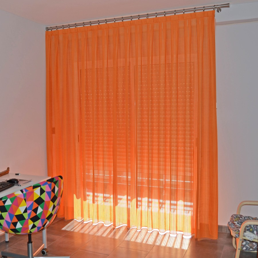 Cortina naranja con barra - Villalba Interiorismo