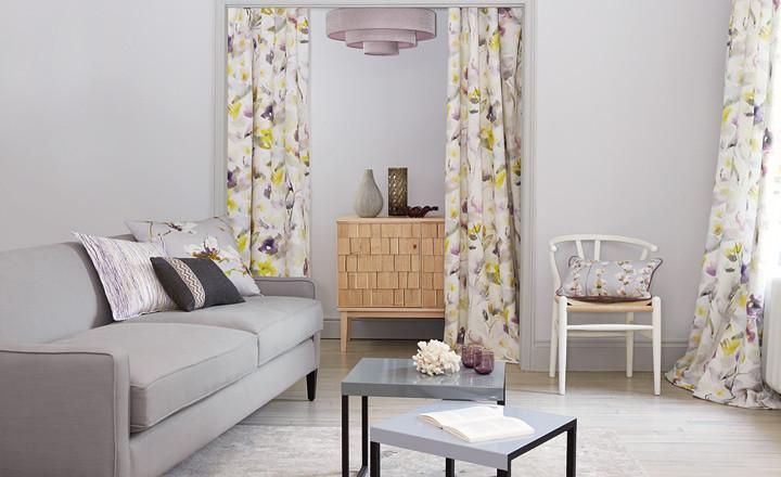 cortinas estampadas flores y sofá gris - Villalba Interiorismo