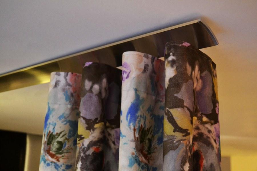 Perfil acero con cortina onda perfecta - Villalba Interiorismo