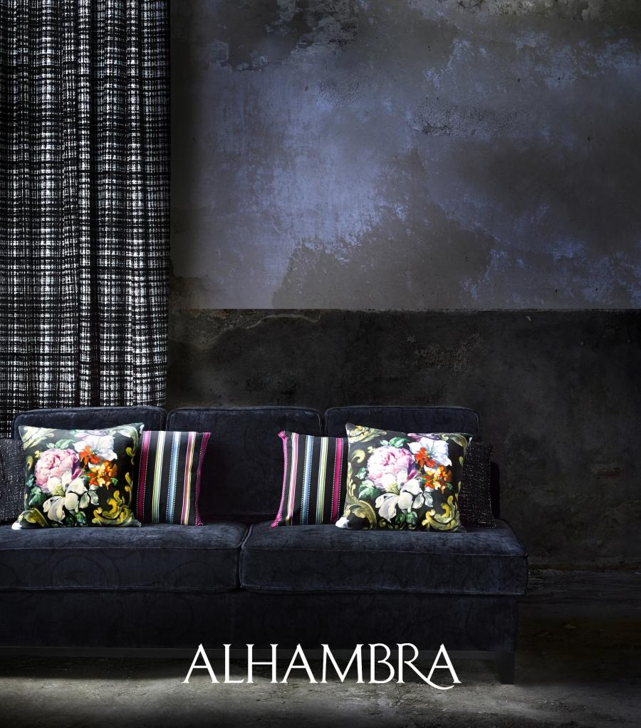 Sofá negro con cojines flores y rayas - Villalba Interiorismo