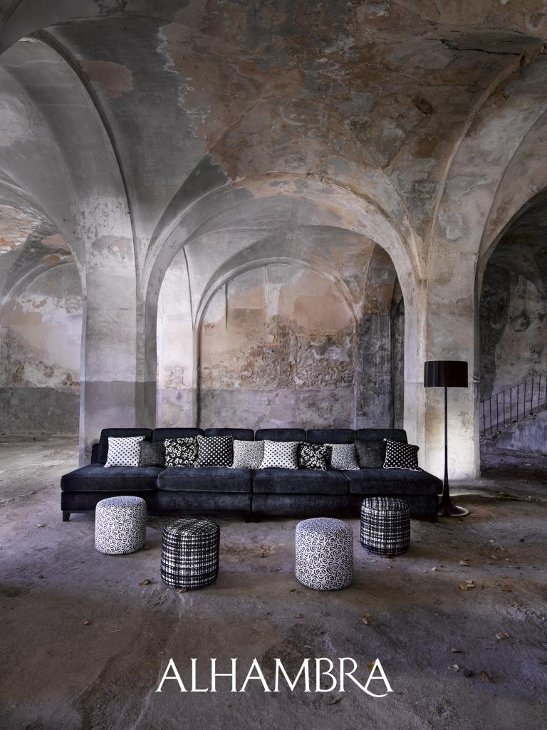 Sofá negro con cojines - Villalba Interiorismo