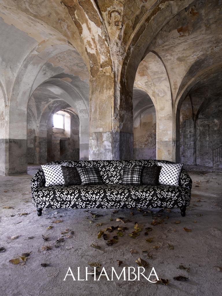 Sofá terciopelo con cojines - Villalba Interiorismo
