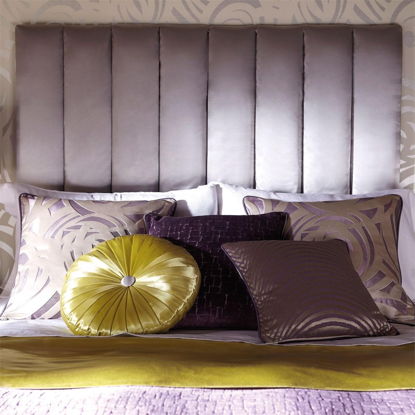 Dormitorio en color lila y amarillo lim n villalba - Camas con cojines ...