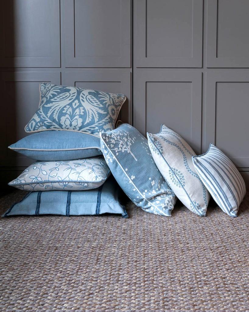 Cojines telas en azul y bordadas - Villalba Interiorismo