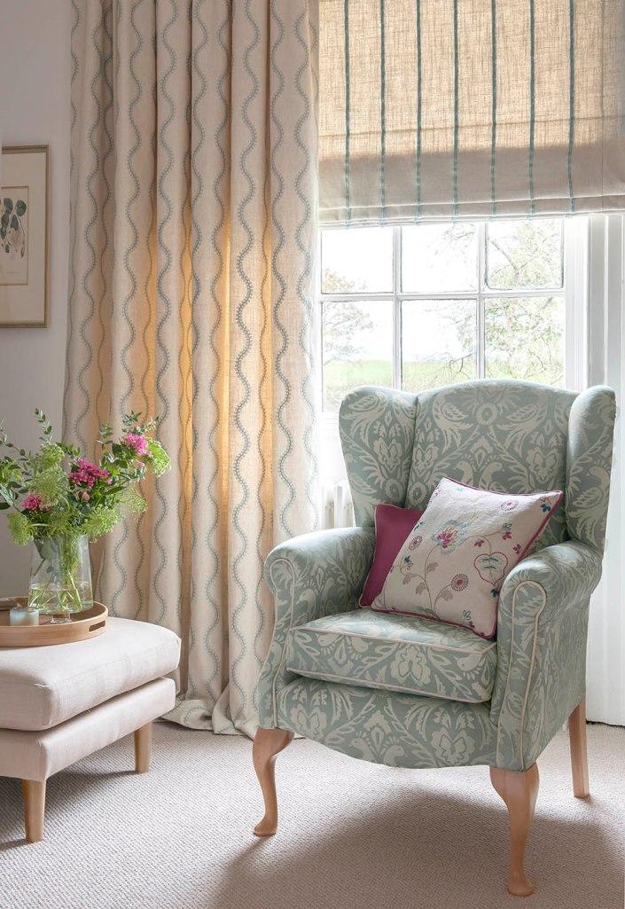 Doble cortina bordada y sillón estampado azul - Villalba Interiorismo